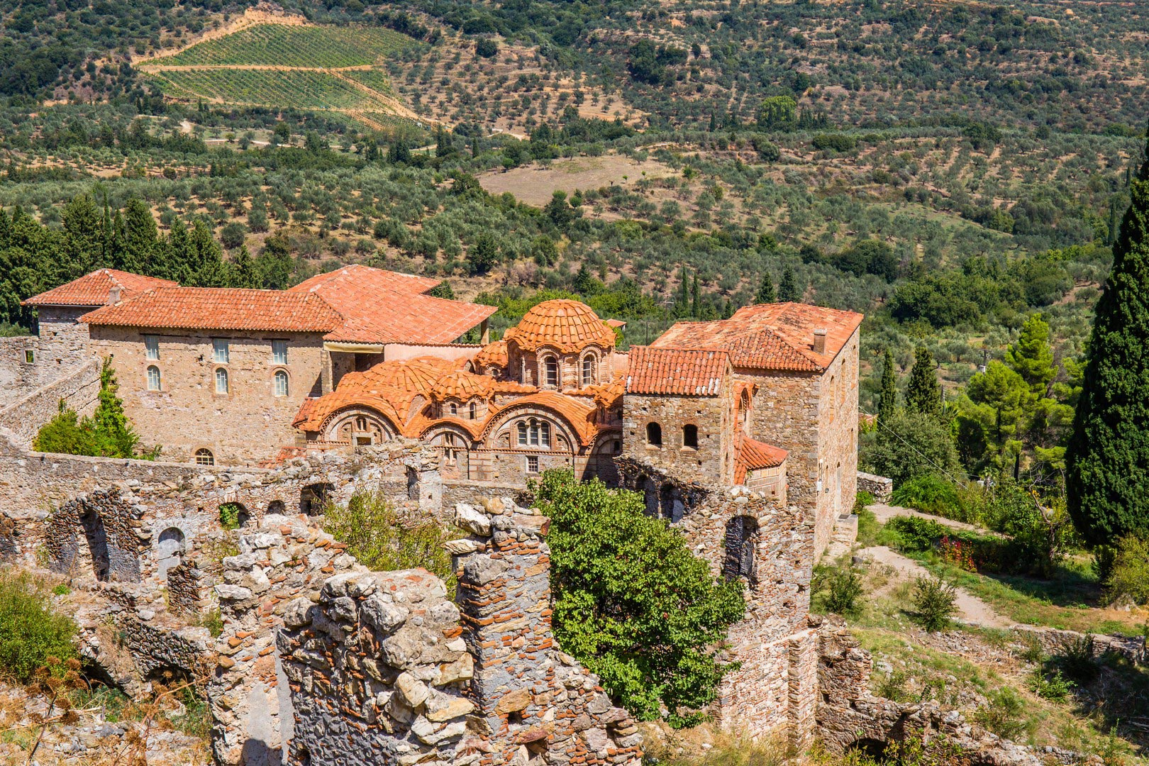 Byzantine-church-in-medieval-city-of-Mystras---Imagen-shutterstock_235386601