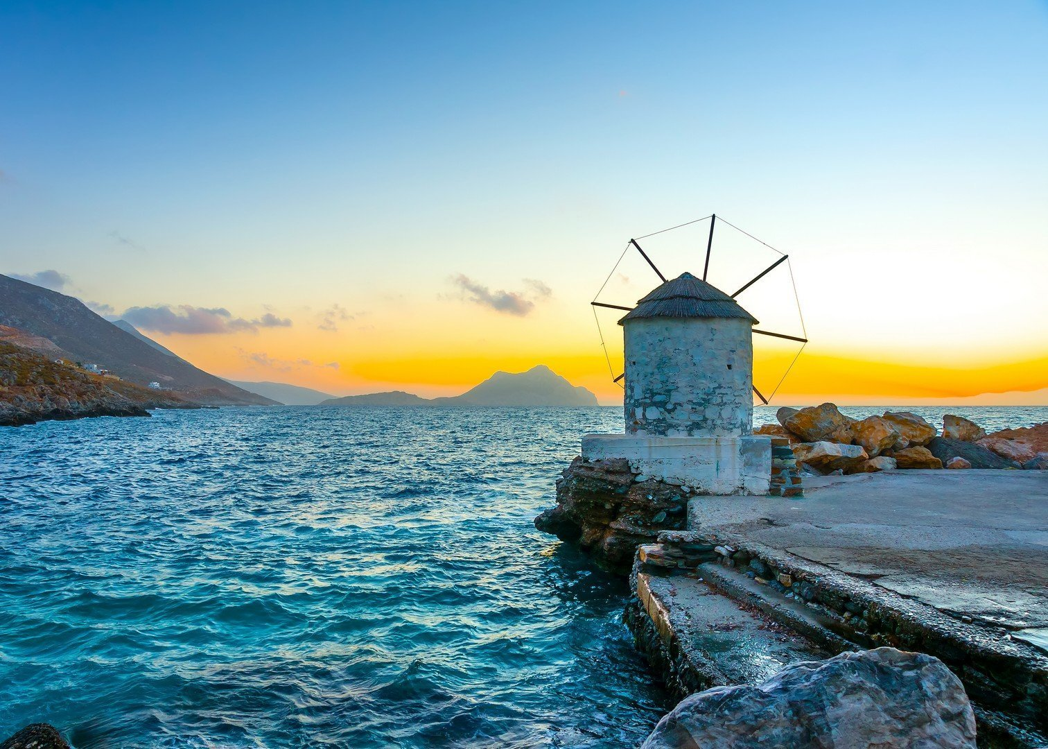 Beautiful old traditional windmill by the port of Aigiali village in Amorgos island in Greece - Imagen shutterstock_132045143