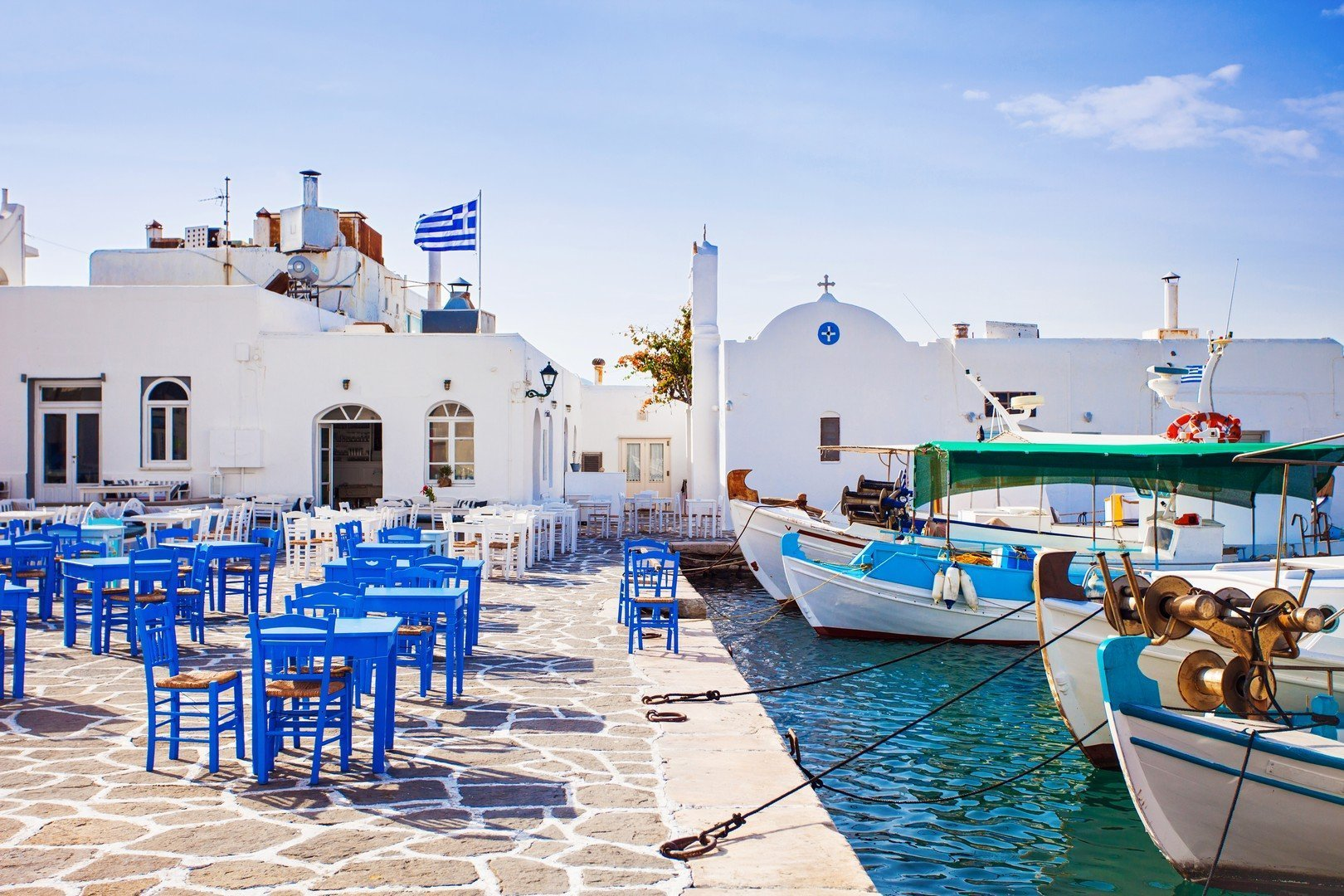 Greek fishing village in Paros, Naousa, Greece - Imagen shutterstock_336327542