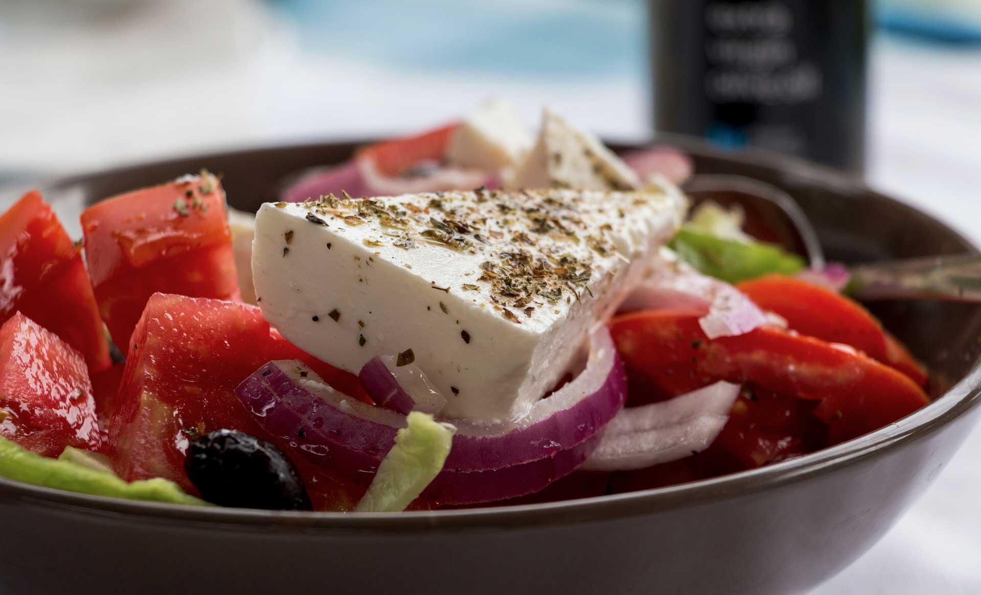 greek-salad-Athens-food-tour-ensalada-griega-tour-gastronomico-por-Atenas