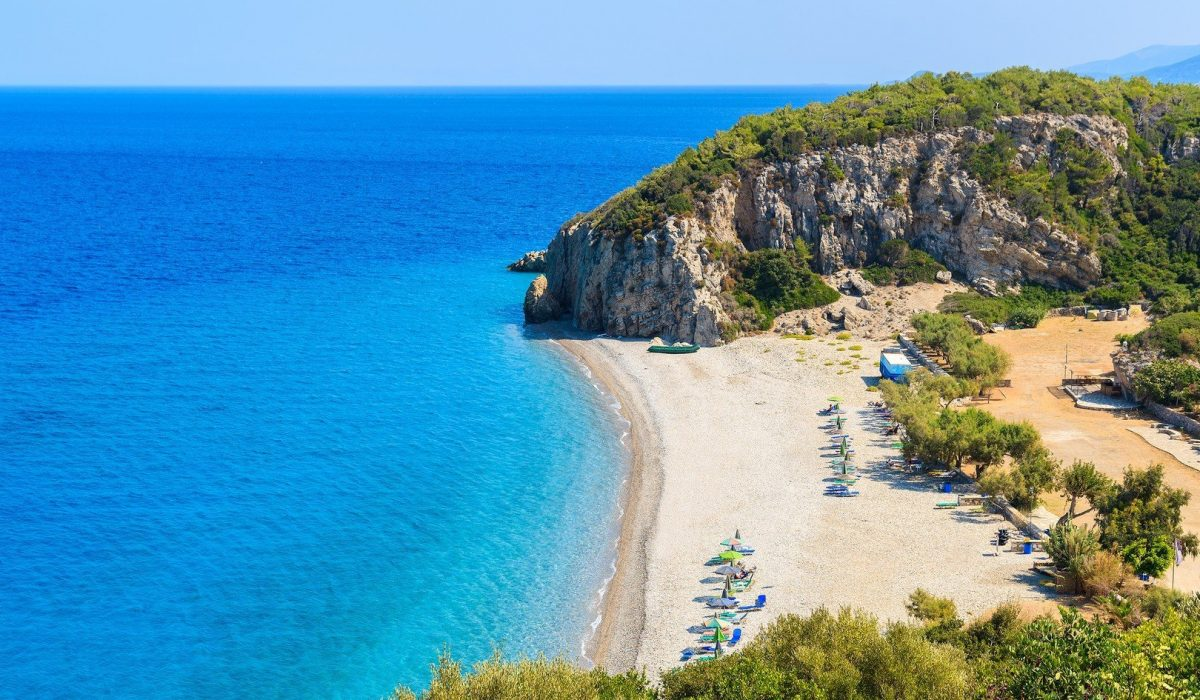 A view of Tsambou beach with azure sea water, Samos island, Greece - Imagen shutterstock_320719832