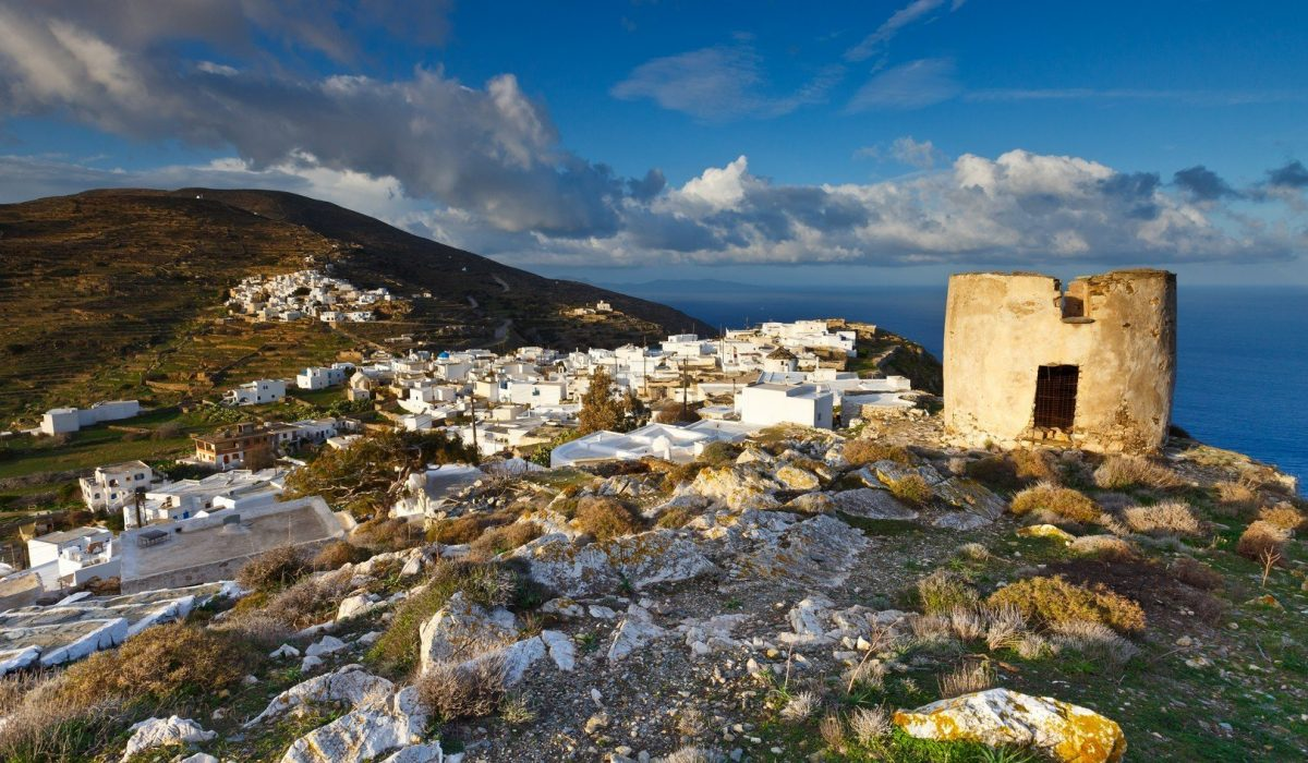 Kastro and Chora villages on Sikinos island early in the morning. - Imagen shutterstock_566389219