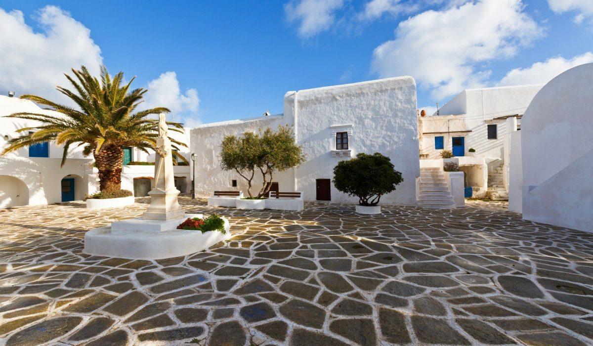 Main square in Kastro village on Sikinos island. - Imagen shutterstock_566389321