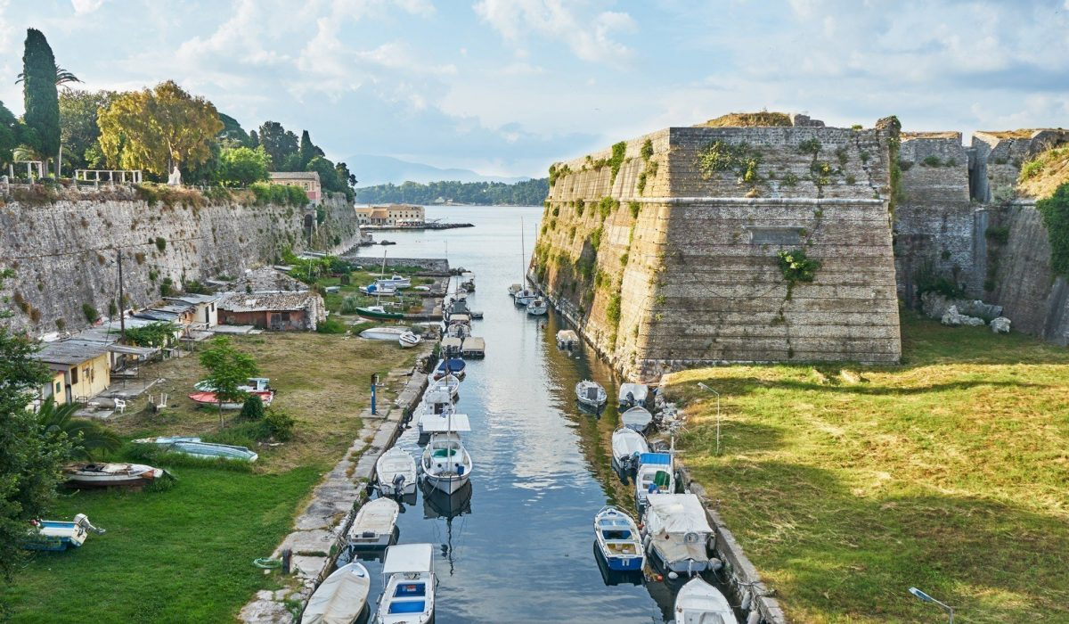 Old fortress main entrance bridge at Corfu island, Greece - Imagen shutterstock_457004845