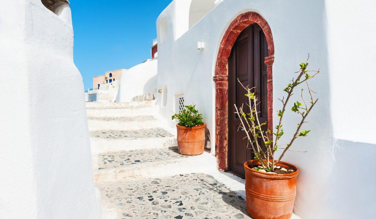 Las callejuelas de Santorini; donde el blanco mezcla con el azul y el color de la naturaleza